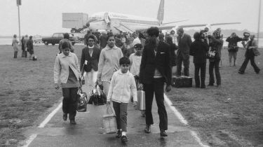 Ugandan Asian refugees arriving at Stansted Airport © P. Felix/Daily Express/Hulton Archive/Getty Images