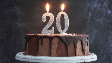 20th birthday cake with candles © Getty Images/iStockphoto