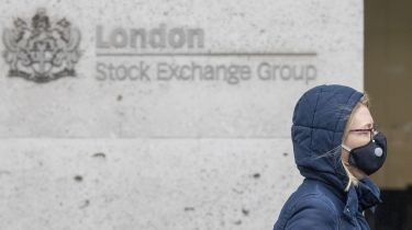 Woman wearing a face mask outside the London Stock Exchange © Simon Dawson/Bloomberg via Getty Images