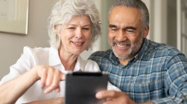 Old couple looking at a tablet © Getty Images/iStockphoto