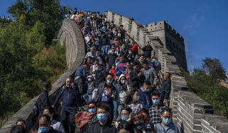 Tourists on the Great Wall of China © Kevin Frayer/Getty Images