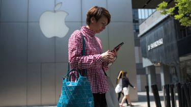 Woman looking at her phone © NICOLAS ASFOURI/AFP via Getty Images