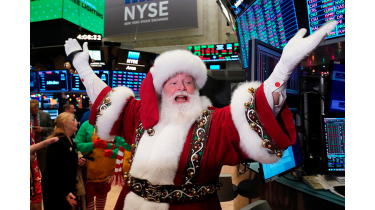 Man dressed as Santa in the NEw York Stock Exchange © Getty Images