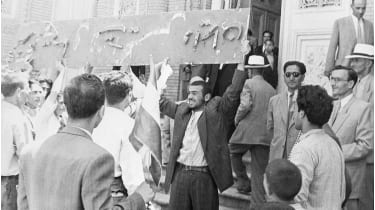 Demonstrators at the Anglo-Iranian Oil Company's offices in Tehran © Bettmann Archive/Getty Images