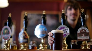 JD Wetherspoon barman serving a pint of beer © Matthew Lloyd/Bloomberg via Getty Images