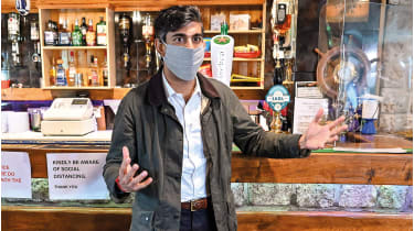 Rishi Sunak in a bar © Jeff J Mitchell/Getty Images