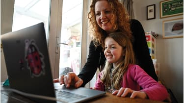 Mother and daughter on a computer © NEIL HALL/EPA-EFE/Shutterstock