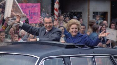 Richard and Pat Nixon waving from a motorcade © Alpha Stock / Alamy Stock Photo