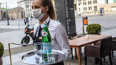 Waitress with a facemask © Maja Hitij/Getty Images