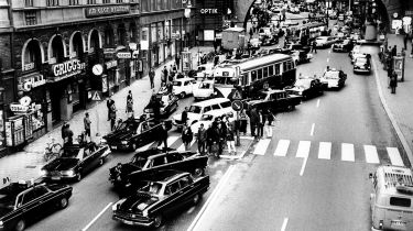 Stockholm 1967 –traffic switches from right to left. © Keystone-France/Gamma-Keystone via Getty Images