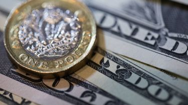 Pound coin and dollar bills © Chris Ratcliffe/Bloomberg via Getty Images