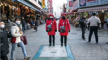 Tourist guides in Seoul © Jean Chung/Bloomberg via Getty Images