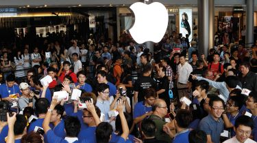 Crowded Apple retail store in Hong Kong © DALE de la REY/AFP via Getty Images