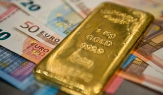 Gold bar on euro banknotes © Michael Gottschalk/Photothek via Getty Images
