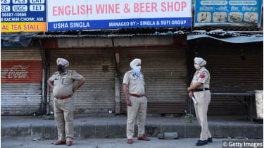 Punjab Police outside a closed alcohol shop © NARINDER NANU/AFP via Getty Images