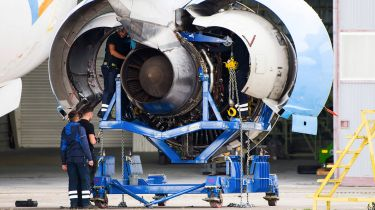Rolls-Royce engineers working on an aircraft engine © Nathan Laine/Bloomberg via Getty Images