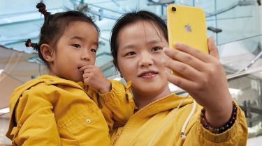 Woman and child taking a selfie © Apple Inc