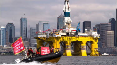 Protesters and oil rig © Karen Ducey/Getty Images